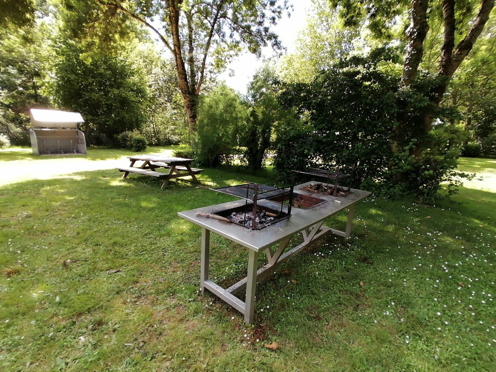 barbecue et table de pique-nique
